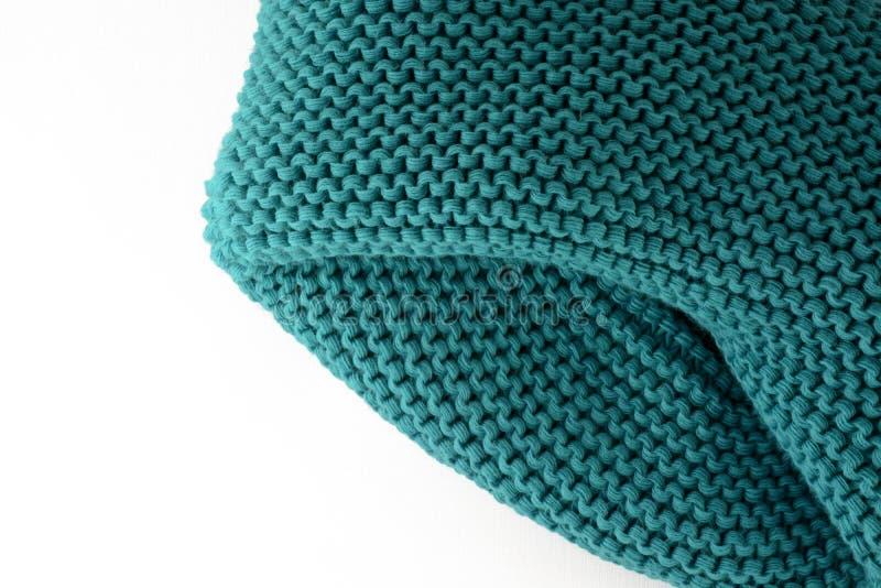 Bufanda hecha punto aislada en un primer blanco del fondo fotos de archivo