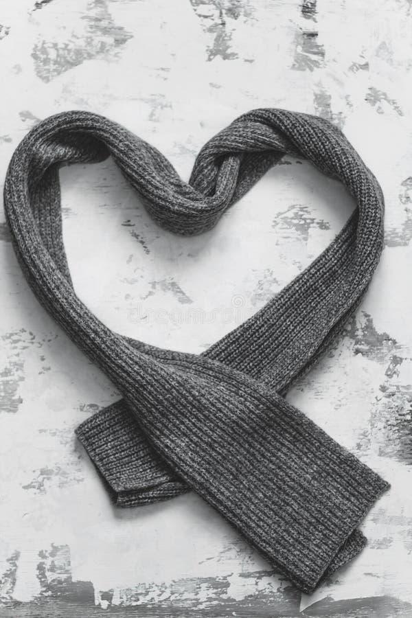 Bufanda hecha punto gris del corazón fotografía de archivo