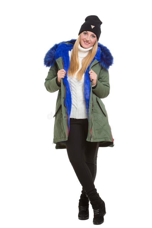 Bufanda y casquillo de la chaqueta del invierno de la mujer que llevan imágenes de archivo libres de regalías