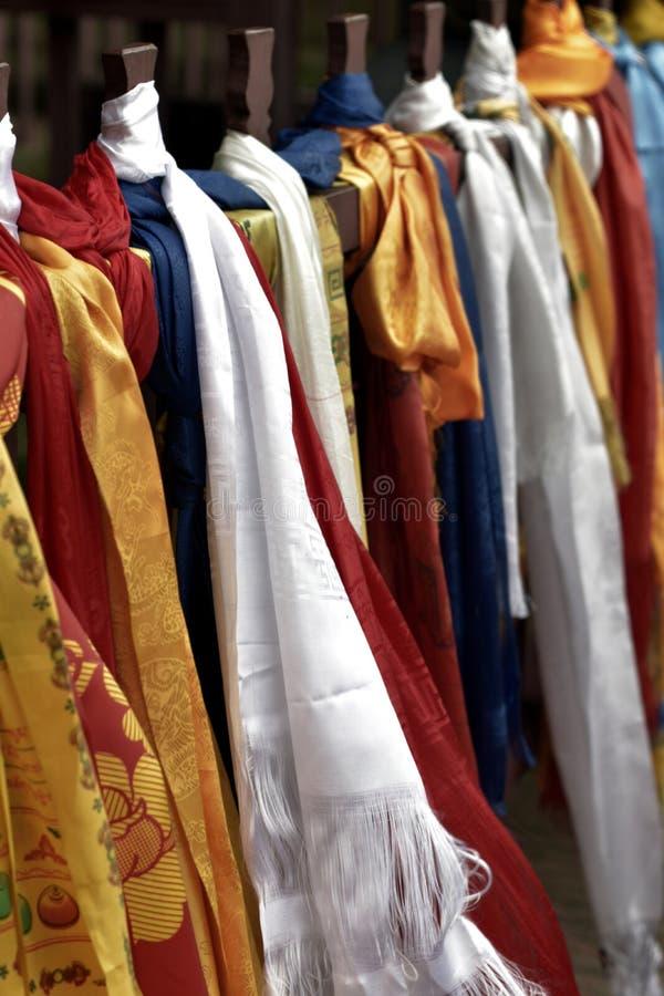 Bufandas budistas en el monasterio imagen de archivo