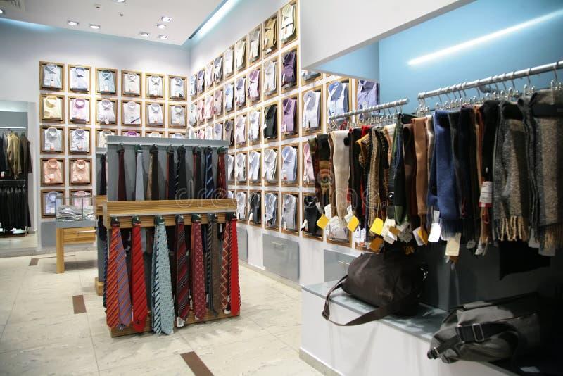 Bufandas, camisas y corbatas en departamento fotos de archivo libres de regalías