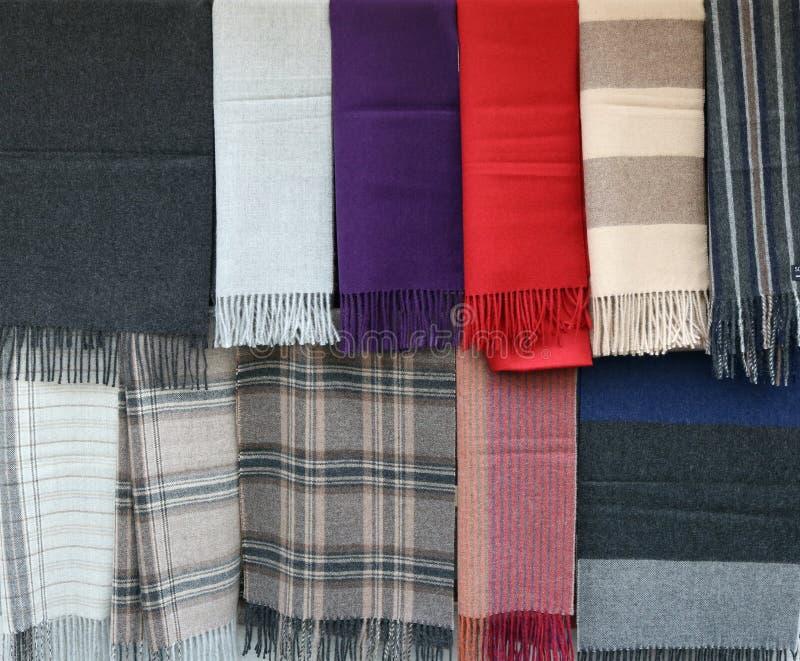 Bufandas de diversos colores y estilos con la franja en los extremos h imágenes de archivo libres de regalías