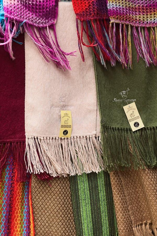 Bufandas de la alpaca en la tienda en La Paz, Bolivia foto de archivo