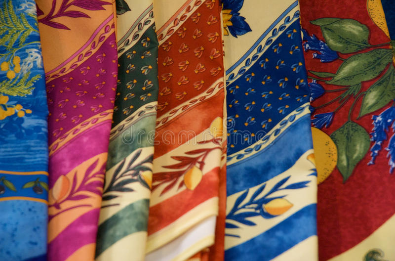 Bufandas de seda dobladas coloridas imagen de archivo