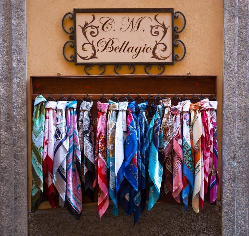 Bufandas de seda en venta en Bellagio, lago Como, Italia foto de archivo