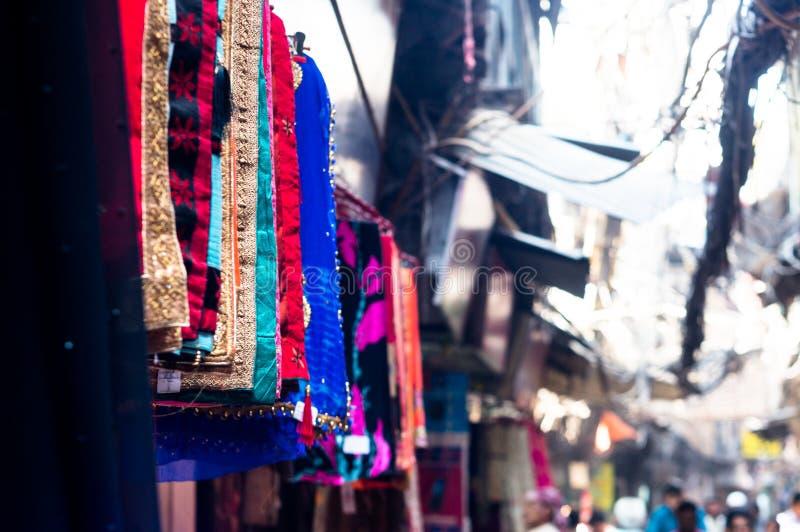 Bufandas hermosas y mantones de la artesanía que cuelgan en una tienda del lado de la calle en venta imagen de archivo libre de regalías
