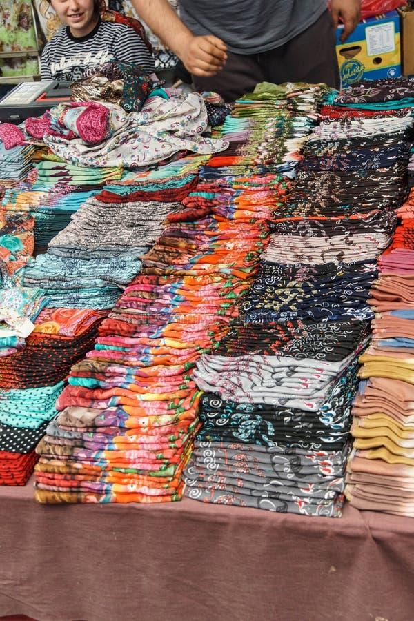 Bufandas y velos coloreados hermosos foto de archivo