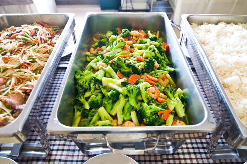 Bufet - melonowów sałatkowi i smażący warzywa zdjęcie royalty free