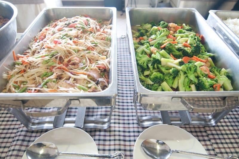 Bufet - melonowów sałatkowi i smażący warzywa obraz royalty free