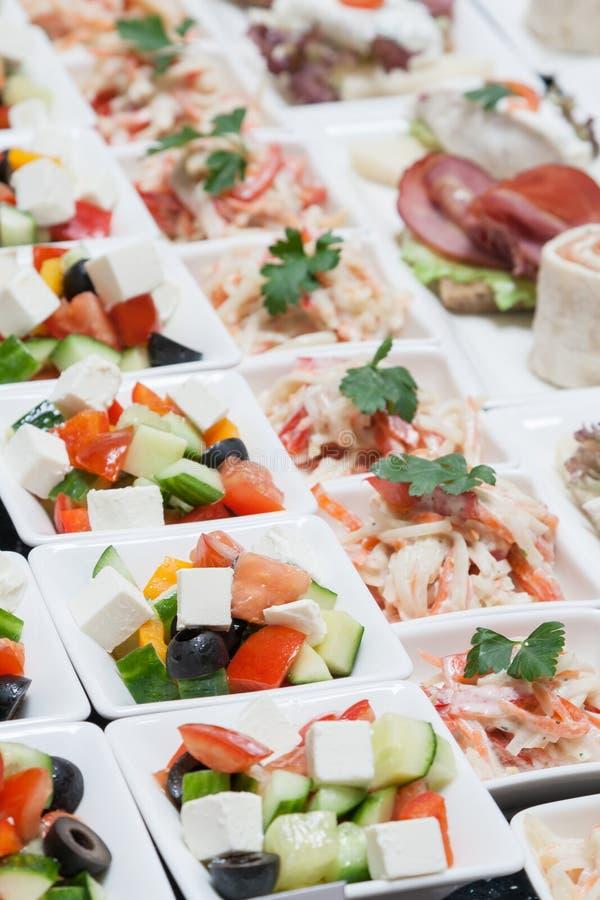 Bufet z przekąski sałatką od świeżego warzywa obrazy royalty free