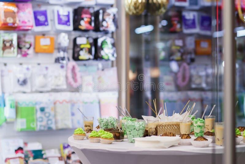 bufeta deser wiele porcja cukierki smakowity Pojęcie catering dla wydarzeń, urodziny w przechuje zdjęcia stock