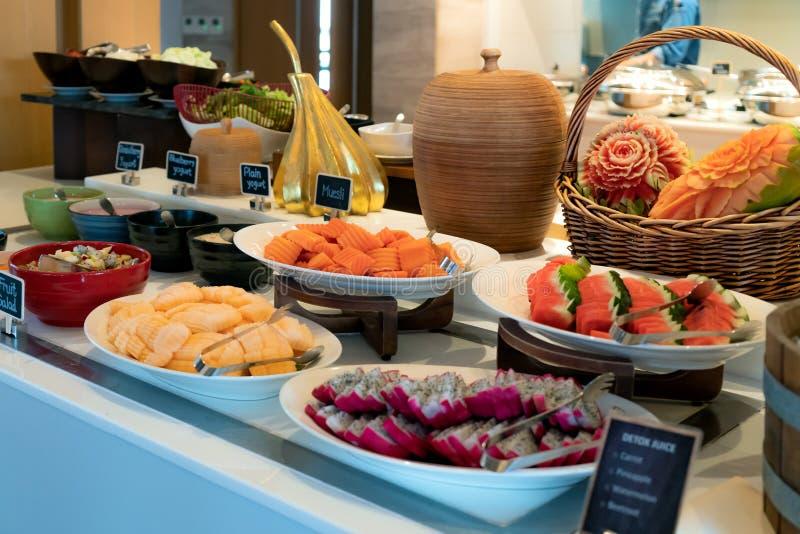 Bufeta posiłek przy śniadaniem, friuts i jogurtem na stole hotelowym, kontynentalnym, zdjęcia stock