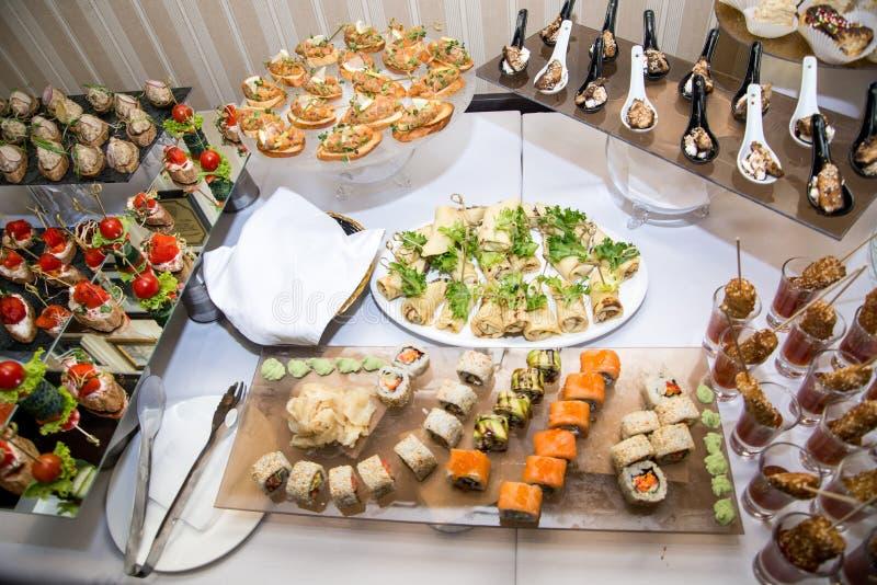 Bufeta stół przyjęcie z hamburgerami, zimnymi przekąskami, mięsem i sałatkami, fotografia royalty free