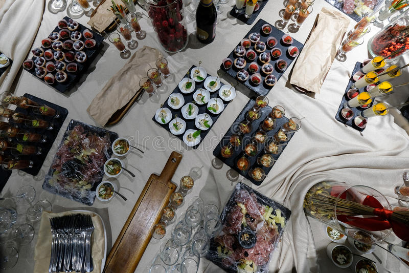 Bufeta stół widok od wierzchołka, przekąski, szkła zdjęcie royalty free