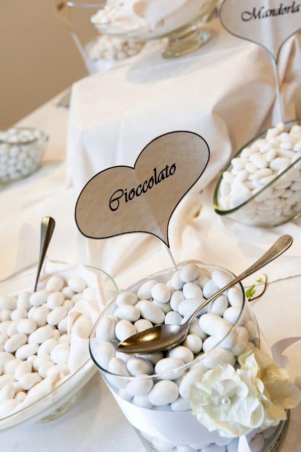 Bufete branco dos confetes do casamento imagem de stock