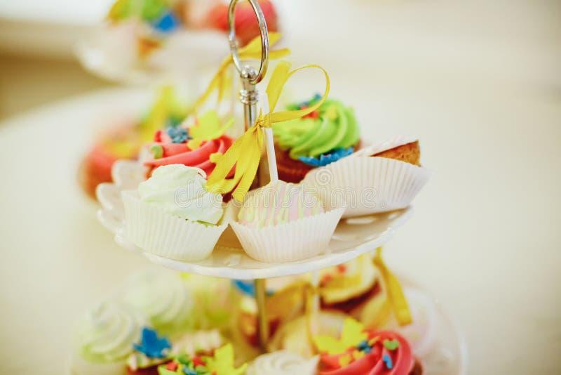 Bufete da barra de chocolate com projeto do bolo-suporte para o casamento ou o aniversário luxuoso sobremesa decorativa para o pa fotos de stock