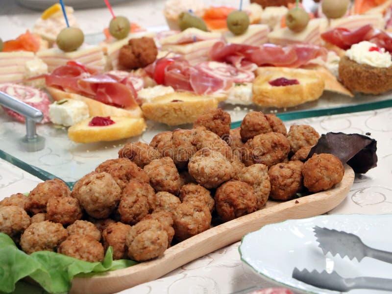 Bufete do alimento de dedo com rolos de carne fotografia de stock royalty free