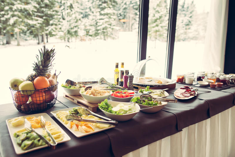 Bufete do pequeno almoço Servido para o breakfastSelf-serviço todo você pode comer o bufete foto de stock