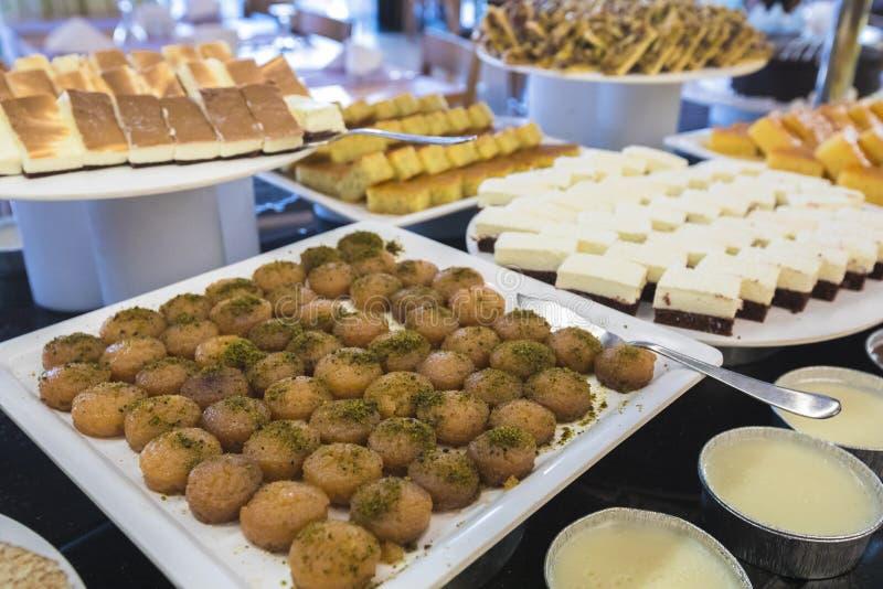 Bufete doce do Oriente Médio tradicional da sobremesa fotografia de stock