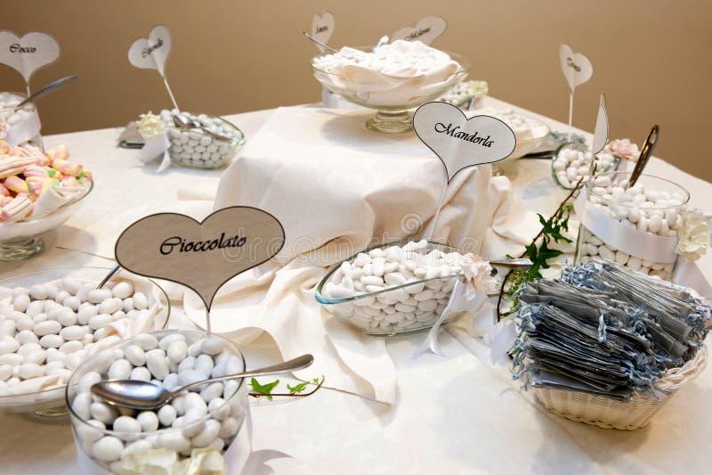 Bufete dos confetes do casamento foto de stock