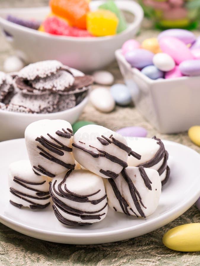 Bufete dos doces e tabela do deserto imagens de stock royalty free
