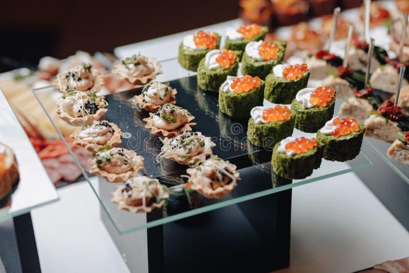Bufete festivo delicioso com canapés e refeições deliciosas diferentes imagens de stock royalty free