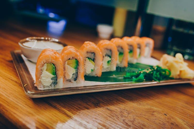 Bufete fumado do plat? de Philly do sushi na noite que janta a configura??o lisa resturant Alga e gengibre deliciosos da carne do foto de stock
