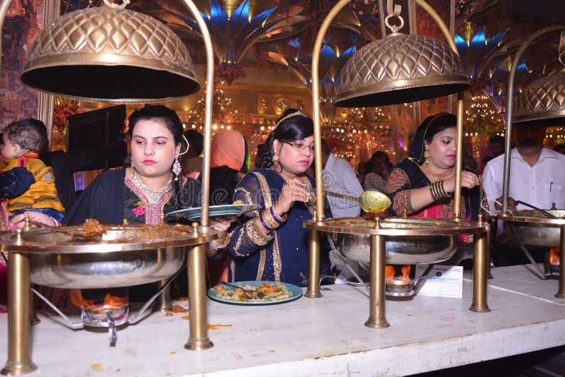 BUFFÉ I BRÖLLOP I NEW DELHI, INDIEN fotografering för bildbyråer