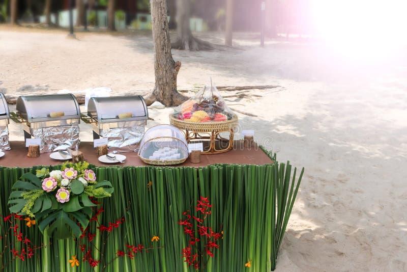 Buffé på stranden, linje aktivering för lunch på tropiskt royaltyfria foton