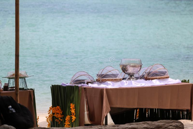 Buffé på stranden, linje aktivering för lunch på tropiskt royaltyfri fotografi