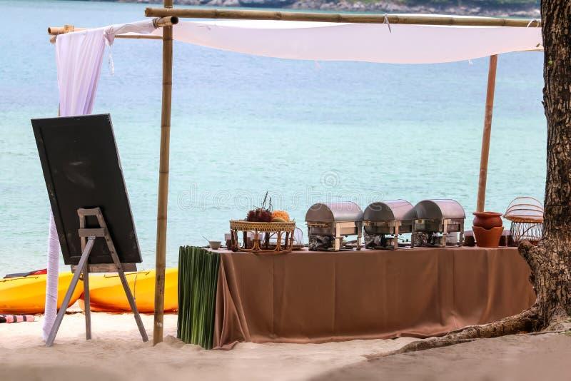 Buffé på stranden, linje aktivering för lunch på tropiskt fotografering för bildbyråer