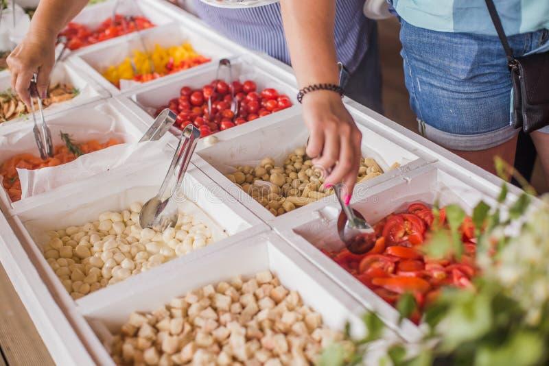 Buffélinjen sorterade naturligt, och den organiska laxfisken, ung mozzarellaost, grönsaker tjänade som till gäster fotografering för bildbyråer