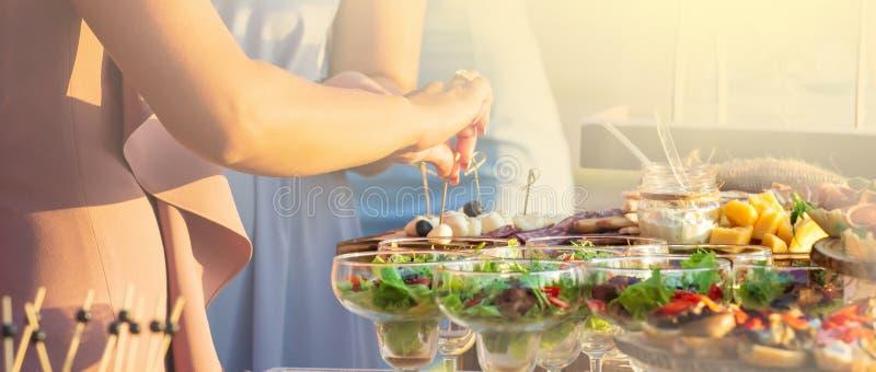 Buffématställerestaurang som sköter om matbegrepp panorama- wiev royaltyfri fotografi