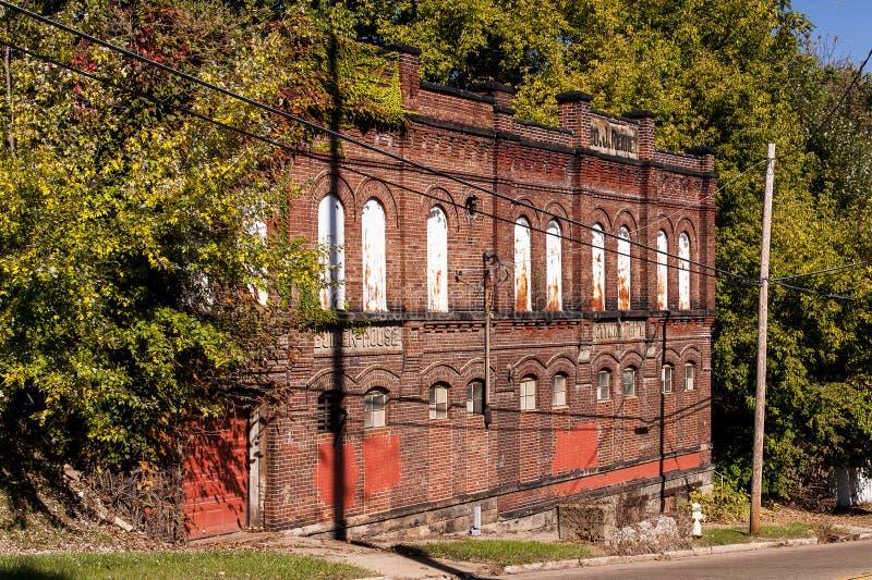 Buff Red Brick mit Bogen-Details - historische verlassene Brauerei stockbilder