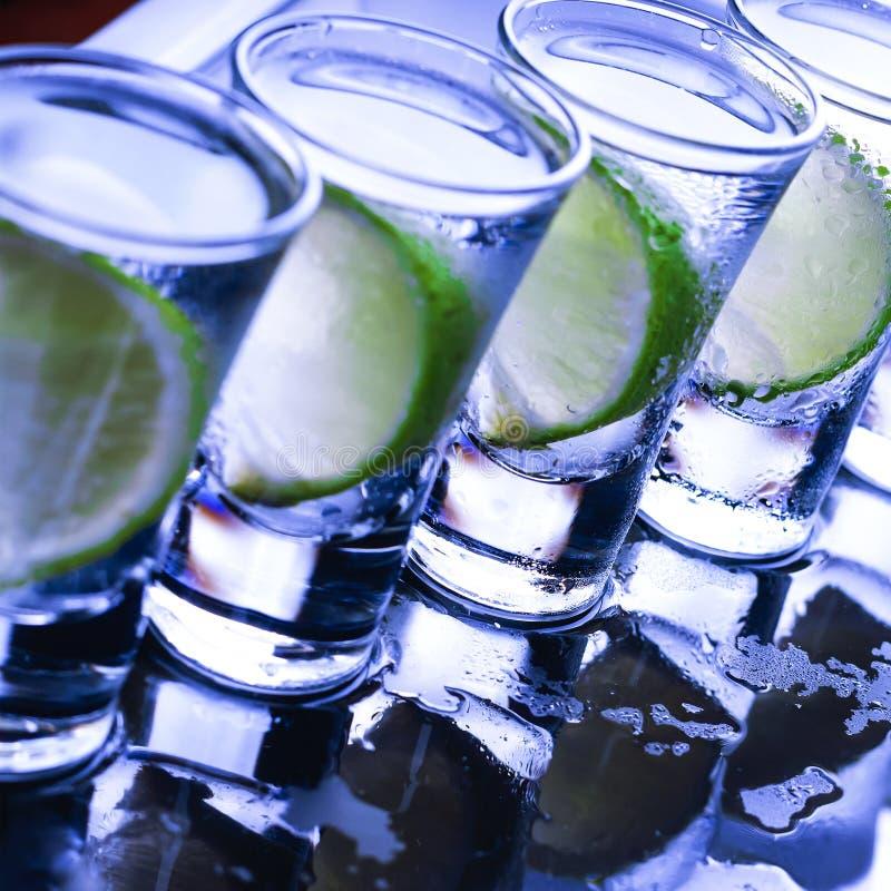 bufferten Många exponeringsglas med den alkoholiserade coctailen arkivfoto