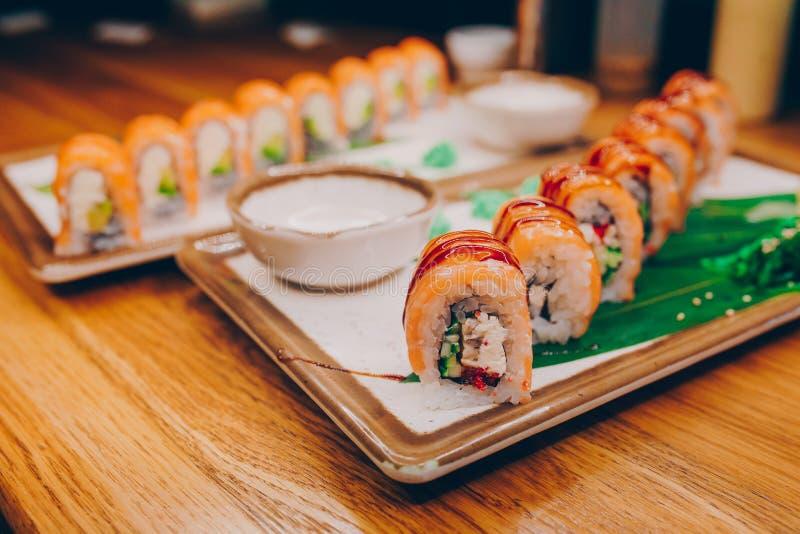 Buffet ahumado de la meseta de Philly del sushi en la noche que cena endecha plana resturant Alga marina y jengibre de color salm fotografía de archivo