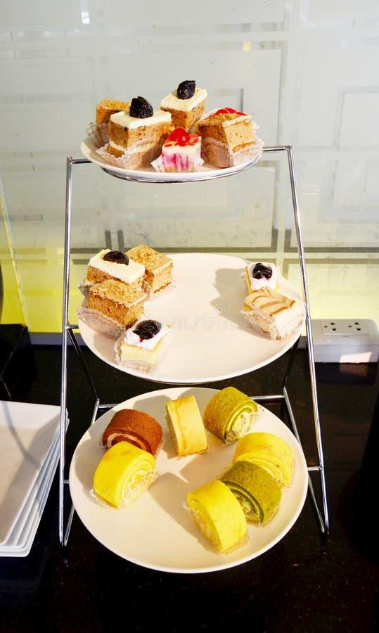 Buffet buitensporige cakes royalty-vrije stock afbeelding