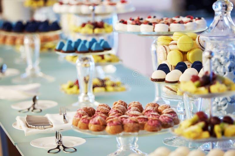 Buffet cupcakes snoepjes stock afbeeldingen
