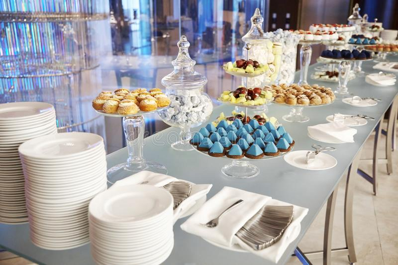 Buffet cupcakes snoepjes royalty-vrije stock afbeelding