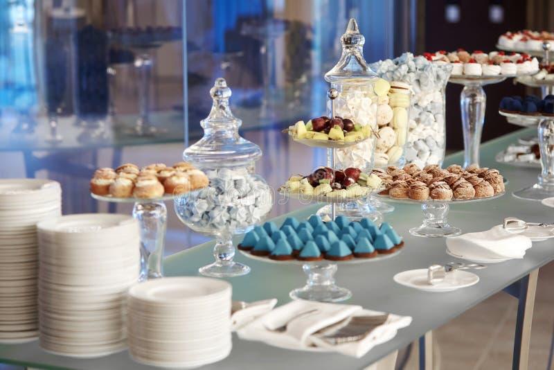 Buffet cupcakes snoepjes stock foto