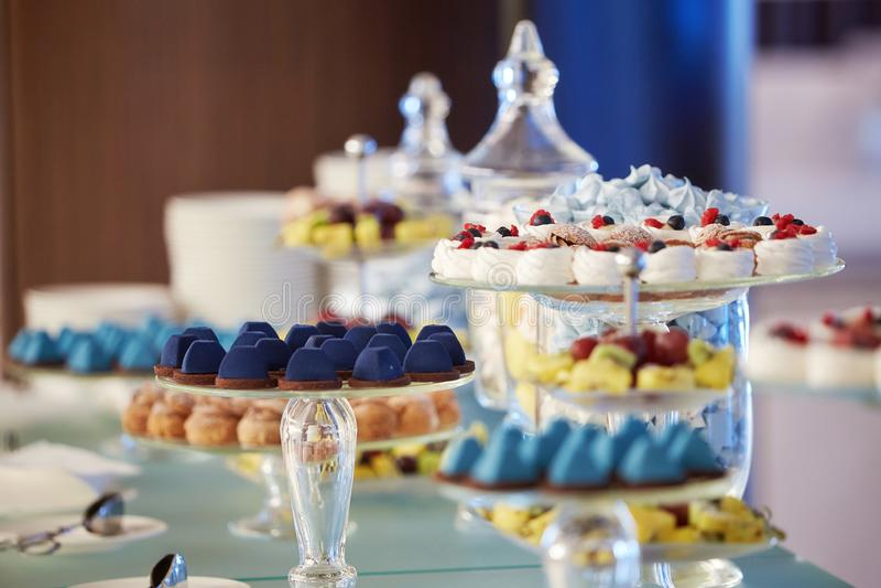 Buffet cupcakes snoepjes royalty-vrije stock afbeelding