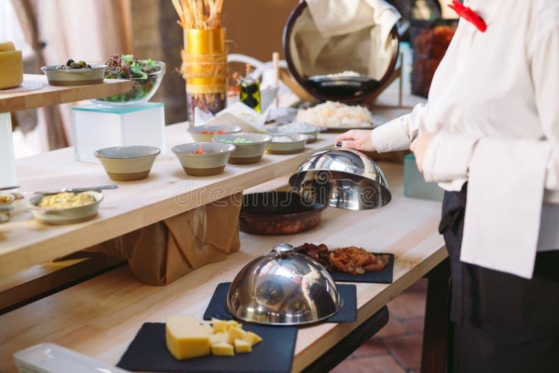 buffet De kelner plaatst de lijst Vruchten, salades royalty-vrije stock fotografie