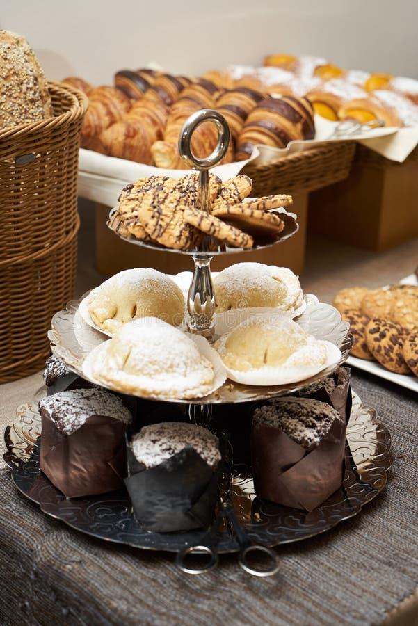 Buffet de la barra de caramelo con el soporte de la torta Postre decorativo para HOL imagen de archivo libre de regalías