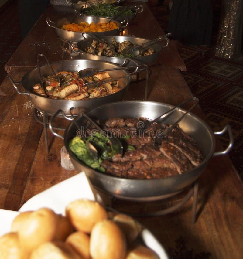 Buffet di celebrazione del ristorante dell'hotel fotografia stock libera da diritti