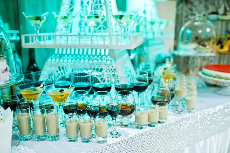 Buffet di nozze con varietà enorme di friuts e di dessert differente immagine stock