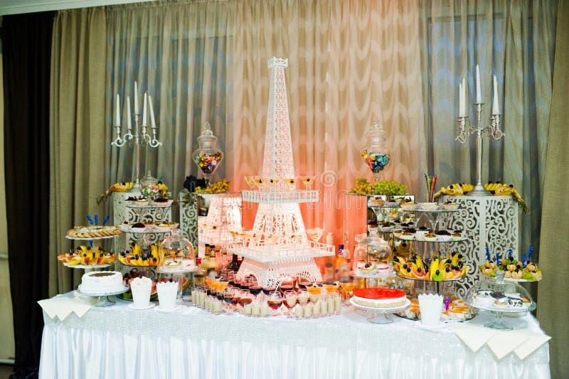 Buffet di nozze con varietà enorme di friuts e di dessert differente fotografie stock