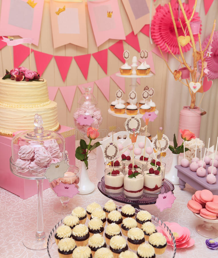 Buffet dolce di festa con i bigné e le meringhe fotografia stock