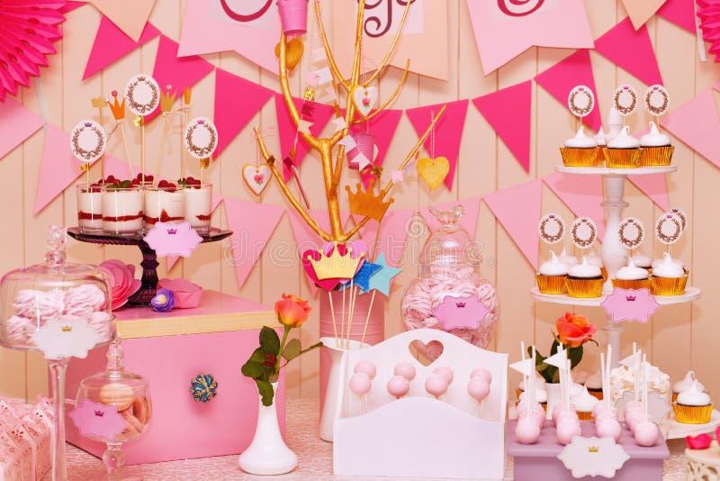 Buffet dolce di festa con i bigné e le meringhe fotografie stock libere da diritti