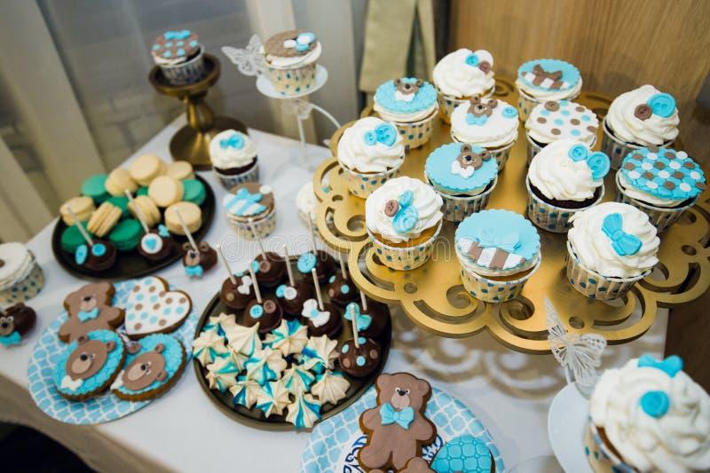 Buffet doux délicieux avec des petits gâteaux Gâteaux de table de vacances et d'autres desserts Friandise photos stock
