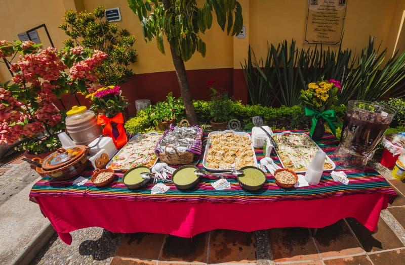Buffet du Parti mexicain sur une grande table en septembre photographie stock
